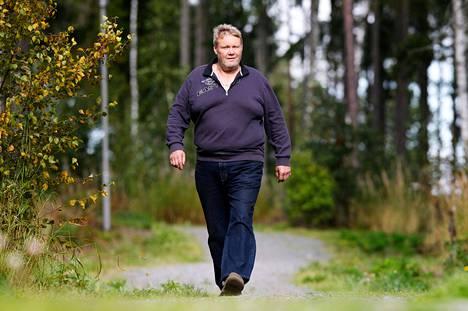 Terho Simolaa ei harmita, vaikka lonkan kuntoon saamiseen tarvittiin kaksi leikkausta. Nyt kävely sujuu ilman kipua.