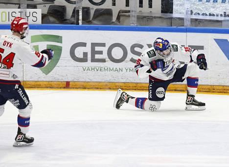 Anton Lundell teki HIFK:n toisen maalin Oulussa ja päästi ilonsa irti. Syöttäjä Sebastian Dyk liittyi riemuun.
