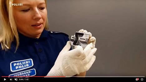 Kuvakaappaus poliisin videosta, jossa kerrotaan skimmauslaitteiden tunnistamisesta. Katso video alempaa artikkelista.