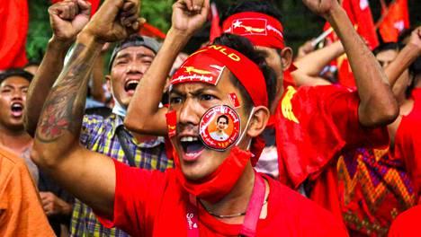 Valtapuolue NLD:n kannattajat juhlivat Mandalayn kaupungissa voittoa jo maanantaina, vaikka virallista vaalitulosta ei ollut julistettu.