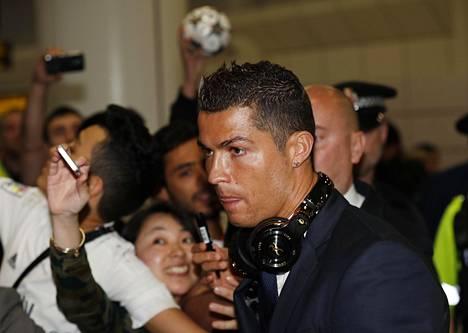 Real Madridin Cristiano Ronaldo saapui Manchesterin lentokentälle maanantaina.
