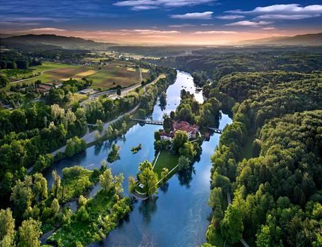 Otočecin linna keskellä Krka-jokea on vaikuttava näky.