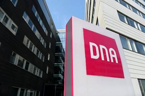 Dna:n logo Dna-talon ulkopuolella Helsingissä huhtikuussa.