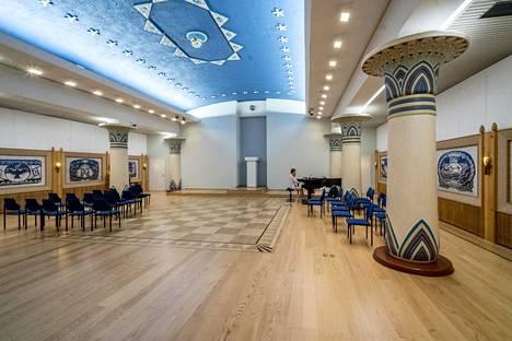 Ruusu-Ristin temppelin salissa yhdistyvät egyptiläinen estetiikka ja kalevalalainen mystiikka.