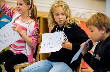 Ronja Rundgren (vas.), Viivi Kokkala ja Arttu Harjunpää aloittivat venäjän opinnot Vantaan Seutulan koulussa tänä syksynä.
