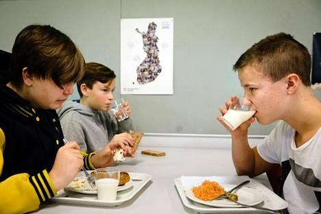 """Helsingin Ressun peruskoulussa arviolta puolet oppilaista juo kouluruokailussa maitoa. Hari Parviainen (vas.) ja Niklas Nummela (oik.) juovat maitoa, koska se on hyvä proteiinin ja kalsiumin lähde ja koska he haluavat hyvät luut. Molemmat ovat kokeilleet myös kasvipohjaisia juomia. """"Se maistui paremmalta, mutta en ollut varma, onko se terveellisempää vai epäterveellisempää kuin maito"""", Parviainen sanoo."""