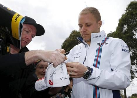 Williamsin formulakuski Valtteri Bottas rustasi nimikirjoituksensa formulafanille Melbournen GP-kisassa.