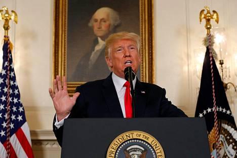 """""""Vihalla, rasismilla ja väkivallalla ei ole sijaa Yhdysvalloissa oli ihmisen ihonväri mikä tahansa. Me kaikki noudatamme samoja lakeja"""", Trump sanoi tiedotustilaisuudessa maanantaina."""