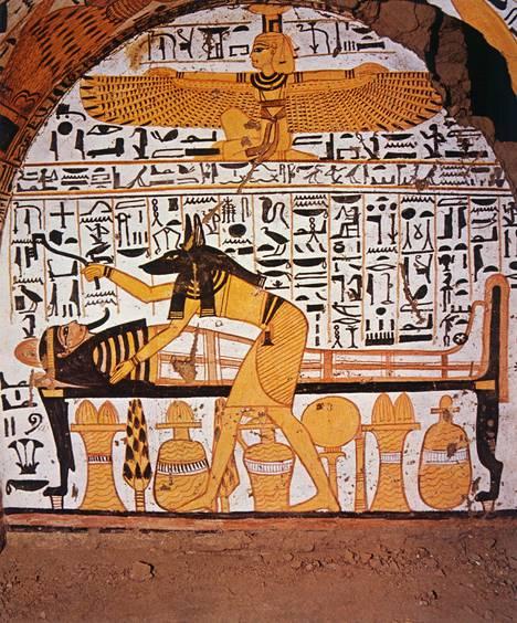 Sakaalihahmoinen Anubis oli muinaisessa Egyptissä palvottu kuolleiden ja muumioinnin jumala. Ensimmäiset moralisoivat jumalat näyttävät ilmaantuneen Egyptin vanhan kuningaskunnan aikana.