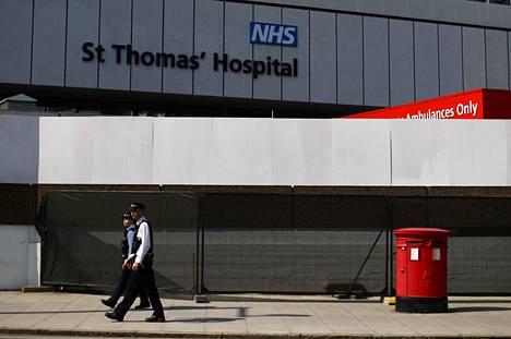 Poliisi partioi St. Thomasin sairaalan edustalla Lontoossa torstaina. Pääministeri Boris Johnsonia on hoidettu sairaalassa sunnuntaista alkaen.
