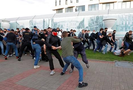 Arviolta tuhansia ihmisiä kokoontui Valko-Venäjällä suurten kaupunkien kaduille osoittamaan mieltä presidentinvaaleja vastaan.