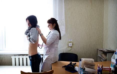 Sisätautilääkäri Lena Poliuka valmistui yliopistosta toissa vuonna. Nyt hän työskentelee Žlobinin terveyskeskuksessa.