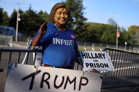 Hillary Clintonin vangitsemista vaativa Donald Trumpin kannattaja osoitti mieltään vaaliväittelypaikan ulkopuolella Hempsteadissa syyskuussa 2016 ennen Trumpin valintaa Yhdysvaltain presidentiksi.