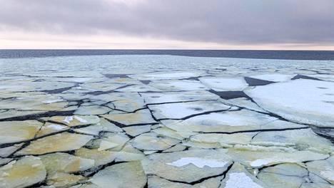 Perämeri. Jäällä on  lukemattomia  erilaisia olo- muotoja.