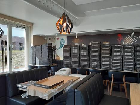 Viikkiläisen Ristorante Bellon sali toimii varastona sadoille noutopizzalaatikoille.