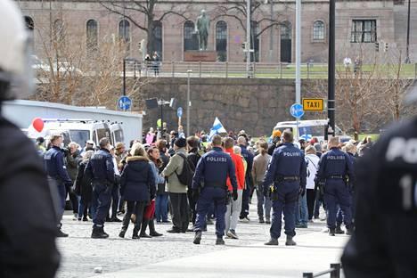 Koronarajoituksia vastustava mielenosoitus Helsingin keskustassa vappupäivänä.