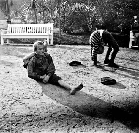 Pojat voimistelivat Esplanadin puistossa vuonna 1917.