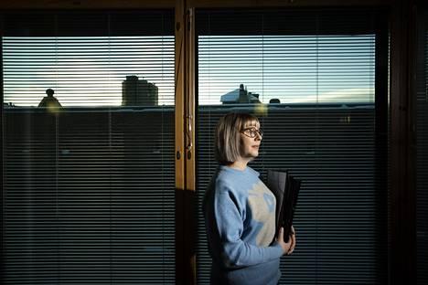 """Sosiaali- ja terveysministeri Aino-Kaisa Pekonen (vas) on huolissaan siitä, etteivät esimerkiksi Virosta laivalla tulevat työntekijät käy vapaaehtoisissa testeissä, vaikka testejä on tarjolla. """"On kestämätöntä, että ihmiset menevät työpaikoille ja tartuttavat työkavereitaan ja aiheuttavat pitkiä tartuntaketjuja"""", Pekonen sanoo."""
