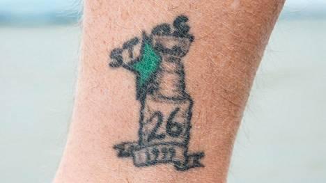 Entinen jääkiekkoilija, nykyinen A-maajoukkueen General Manager Jere Lehtinen teki pitkän uran NHL-seura Dallas Starsissa. Sen riveissä hän voitti Stanley Cup-mestaruuden vuonna 1999. Lehtisen jalkaa koristaa tatuointi, jossa on pokaali, vihreä tähti, vuosiluku ja pelinumero 26.