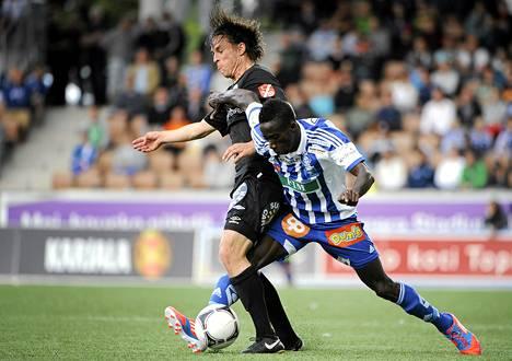 Hakan Lassi Luoto (vas.) ja HJK:n Demba Savage jalkapallon Veikkausliigan ottelussa.