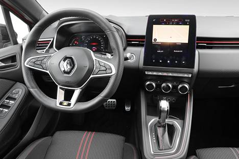 Ohjaamon ergonomia on kunnossa. Kuljettajaa kohti kallistettu keskusnäyttö on selkeä ja looginen.