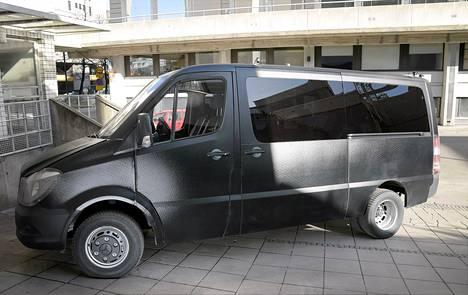 Musta poliisiauto on nimeltään Mörkö 1. Sitä voidaan käyttää erilaisissa joukkojenhallintatehtävissä. Poliisi-tarrat kiinnitetään siihen myöhemmin.