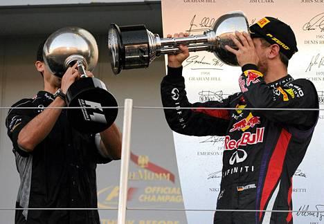 Sebastian Vettel otti hörpyn voittomaljasta yhdessä Renaultin urheilupäällikön Remi Taffinin kanssa.