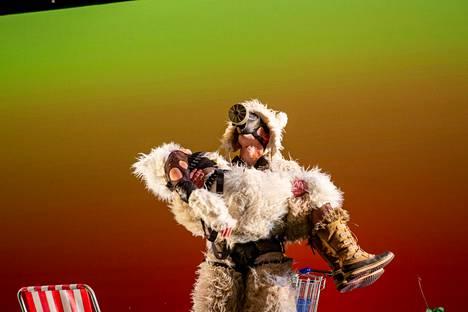 Ice Ice Baby näyttää kahden jääkarhun matkantekoa Huippuvuorille. Jääkarhuina Ragnar Uustal ja Anne Niilola.