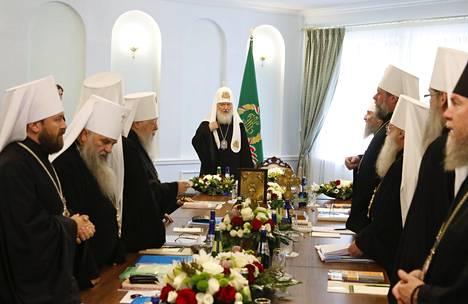 Moskovan patriarkaatin synodi kokoontui maanantaina Minskissä. Kuvassa keskellä patriarkka Kirill.