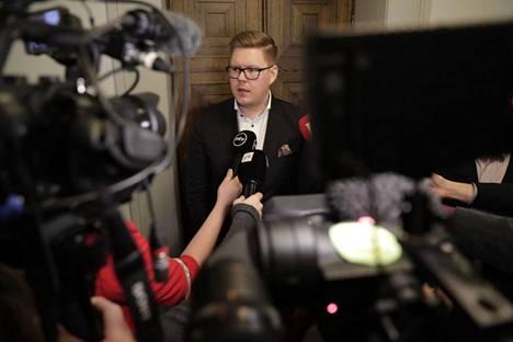 Antti Lindtman antoi lausuntoja medialle Eduskunnassa heti pääministeri Antti Rinteen eroilmoituksen antamisesta päättäneen kokouksen jälkeen tiistaina.