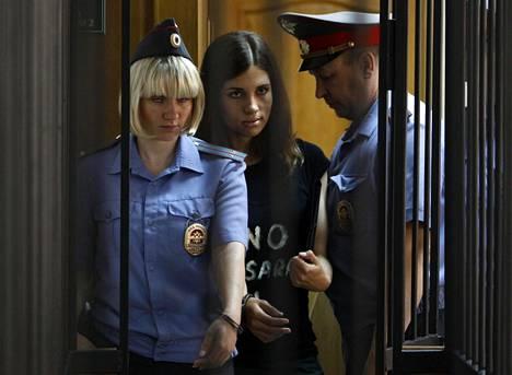 Euroopan ihmisoikeustuomioistuin määräsi, että Venäjän pitää maksaa korvauksia Pussy Riotin jäsenille. Nadezhda Tolokonnikovaa vietiin oikeuden kuultavaksi vuonna 2013.