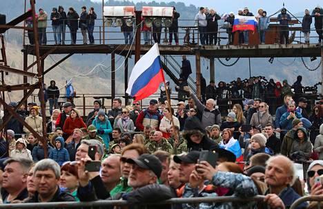 Ihmiset osallistuivat Yön sudet -moottoripyöräkerhon jäsenten järjestämään juhlatilaisuuteen Krimillä lauantaina.