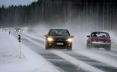 Autoja ja kovassa tuulessa pöllyävää lunta valtatie 4:llä helmikuun alussa.