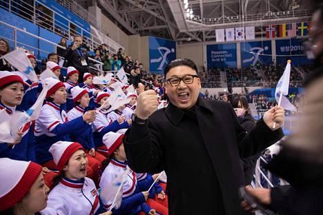 Pohjois-Korean diktaattoriksi pukeutunut koomikko Howard X ilmeili pohjoiskorealaisten cheerleadereiden edessä.