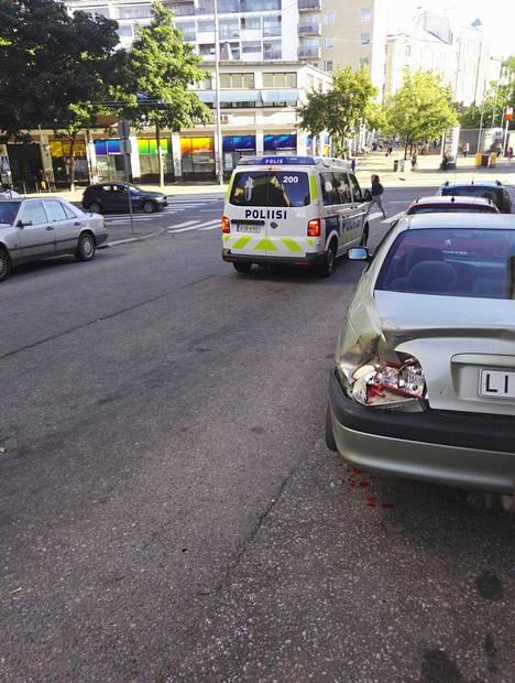 Poliisiauto ajoi tapahtumapaikalla perjantaiaamuna.