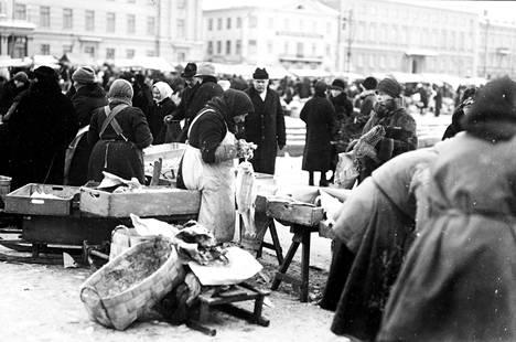 Sisällissotaa seurasi taloushistorian pahin lama, joka kuitenkin hellitti nopeasti. Jouluna 1920 Helsingin kauppatorilla oli myynnissä lipeäkalaa.