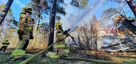 Palomiehet hillitsivät paloa.