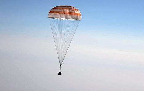 Venäläisen Soyuz-avaruusaluksen laskeutumismoduuli leijaili varhain keskiviikkona alaspäin kohti Kazakstanin maaperää. Moduulin sisällä palailivat takaisin kotiplaneetalleen venäläiset kosmonautit Pavel Vinogradov ja Aleksandr Misurkin sekä yhdysvaltalainen astronautti Chris Cassidy.