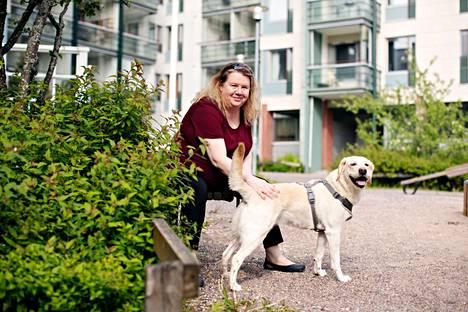 Uusi koti on löytynyt! Anne Holappa on viime aikoina tutustunut koiransa kanssa Talin alueeseen Helsingissä.