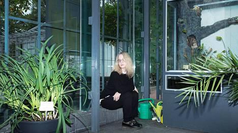 Anna-Kaari Hakkarainen pitää Helsingissä monista paikoista, kuten Kaisaniemen kasvitieteellisestä puutarhasta.