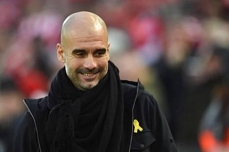 Manchester Cityn päävalmentajan Pep Guardiolan rintapielessä oli keltainen nauha 14. tammikuuta 2018 pelatussa Valioliigan ottelussa.