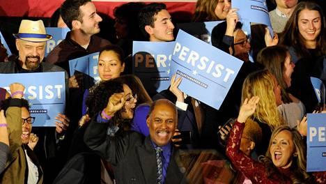 Demokraattien kannattajat juhlivat vaalitulosta vaalivalvojaisissa Massachusettsissa tiistaina.