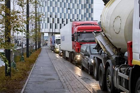 Länsisataman kautta kulkeva raskas liikenne aiheuttaa ongelmia Jätkäsaaressa.