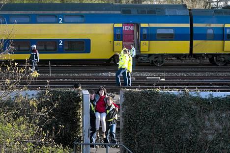 Matkustajia evakuoidaan onnettomuusjunasta Amsterdamissa.