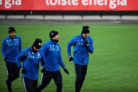 Suomen miesten jalkapallomaajoukkue Huuhkajat harjoitteli yhdessä Helsingissä tiistaina.