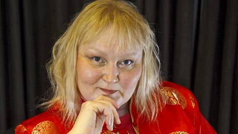 Merja Virolaisen ensimmäinen runokokoelma Hellyyttäsi taitat gardenian ilmestyi vuonna 1990.