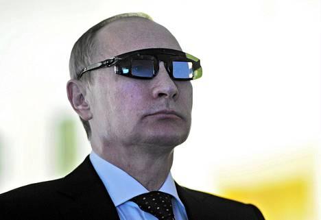 Venäjän presidentti Vladimir Putin pukeutui erikoissilmälaseihin vieraillessaan Gornyin mineraalintutkimusyliopistossa Pietarissa tammikuun lopulla.