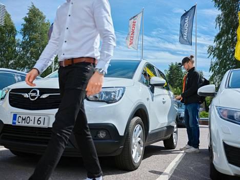 Markus Jones luovutti minileasing-auton Rolf Autiolle Länsiauton Herttoniemen palvelupisteessä.