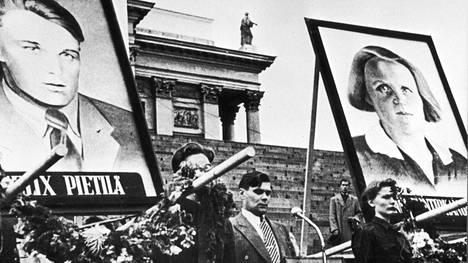 Skp:n puheenjohtaja Aimo Aaltonen puhuu Kemissä kuolleiden Felix Pietilän ja Anni Kontiokankaan kuvien keskellä muistotilaisuudessa Helsingin Senaatintorilla 1. syyskuuta 1949.