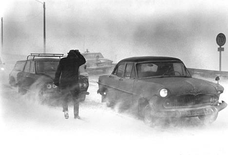 Pyry, huono näkyvyys ja teiden liukkaus saattoivat myrskyalueen liikenteen kaaostilaan: mm. Lehtisaaren ja Otaniemen välisellä sillalla Helsingissä ajettiin useita ketjukolareita, joista yhdessä oli mukana 14 autoa.